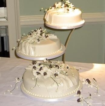 3004 wedding cakes with sugar drapes